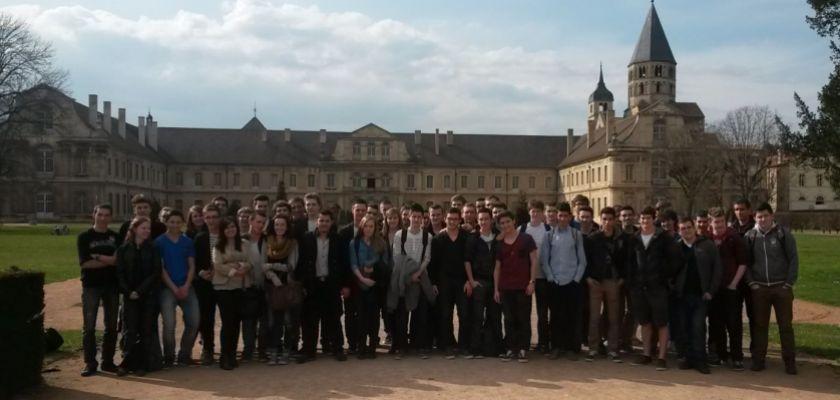 Un groupe d'étudiants et de lycéens devant l'abbaye de Cluny