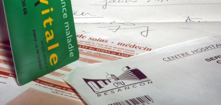 Assemblage de cartes vitales, feuilles de soins et ordonnances.