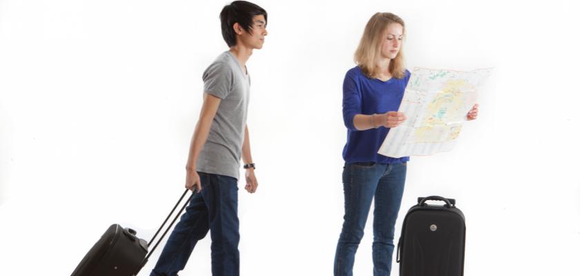 Deux étudiants avec une carte et une valise