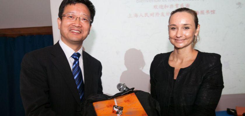 Zhou Yajun et Anne-Emmanuelle Grossi tenant un cadeau.