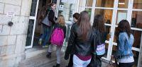 élèves entrant dans un bâitment de l'ufr slhs