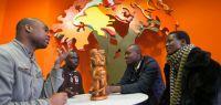 Quatre étudiants africains en train de discuter autour d'une table.