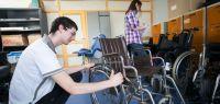 Julien et Camille, étudiants membres de l'association Humabio, réparent des fauteuils roulants