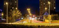 Vue de Besançon la nuit, phares des voitures.