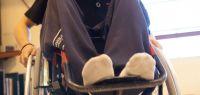 Un étudiant dans un fauteuil roulant
