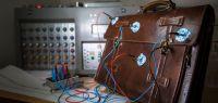 Un cartable équipé d'électrodes comme pour un électro-encéphalogramme