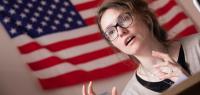 Portrait d'Adrienne Boutang devant un drapeau américain