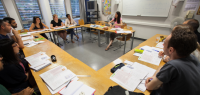 Cours de FLE : des élèves et une professeur dans une salle de classe au CLA