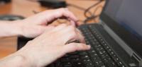 Des mains tapant sur un clavier d'ordinateur portable