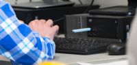 Gros plan sur une clé USB et un ordinateur