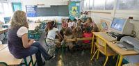 Une maitresse et une classe d'école maternelle