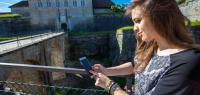 Elena teste l'appli devant la Citadelle