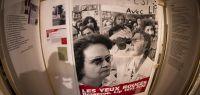 Affiche d'une manifestation dans une salle d'exposition.