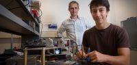 Bodgan Penkovsky et Laurent Larger devant un dispositif expérimental optique.
