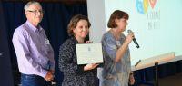 La directrice du CLA entourée de deux anciens étudiants du Knox College