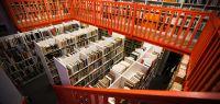 Bibliothèque pleine de livres avec mezzanine