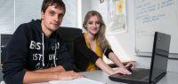 Portrait d'Antoine Tournier et de Charlie Louis devant un ordinateur