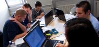 Un groupe d'étudiants en train de travailler pendant un jeu de simulation.