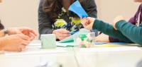 des collégiens en train de manipuler des figures en papier