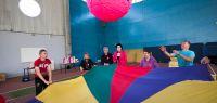 Des adultes handicapés jouent avec un ballon géant