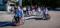 Des étudiants en fauteuil roulant devant la Maison des étudiants sur le campus de la Bouloie