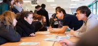 Des étudiants autour d'une table lors des journées portes ouvertes