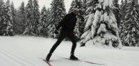 Un étudiant en train de skier