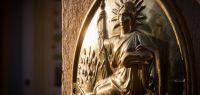 Panonceau, à l'effigie de la République Française, apposé sur une façade d'une étude notariale.