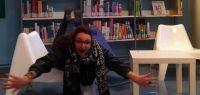 étudiante qui nage sur une chaise dans un BU