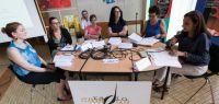 Cinq femmes autour d'une table avec des micros.