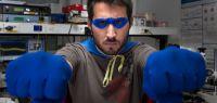 Un doctorant déguisé en super-héros, poings en avant.