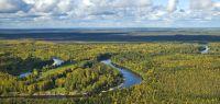 Paysage de taïga dans la plaine de Sibérie occidentale : le cours de la Vassiougan