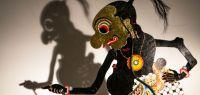 photo d'une marionnette et de son ombre derrière