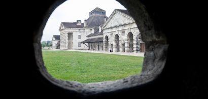 Vue de la Saline d'Arc-et-Senans à travers un trou