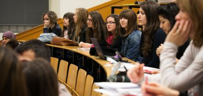 Un groupe de lycéennes installées en amhithéâtre