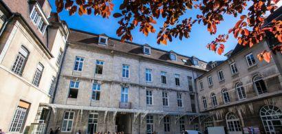 La cour principale de la faculté des lettres.