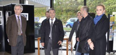 Le préfet, le président de l'UFC et des membres de son équipe dans le hall d'accueil de la MDE.