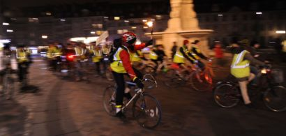 Des vélos en mouvement autour de la fontaine place de la révolution.