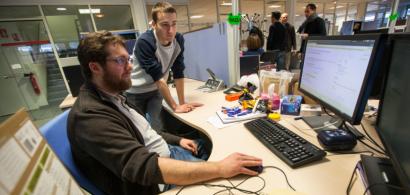 Corentin Tournoux et son tuteur Sébastien Ribière dans une situation de travail devant un ordinateur.