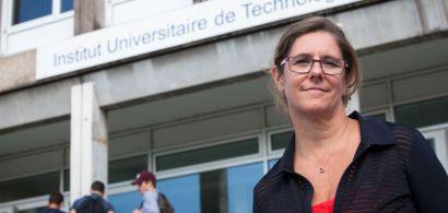 Anne-Laurence Ferrari devant le bâtiment central de l'IUT