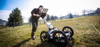 Un étudiant pousse un géoradar à la Citadelle.