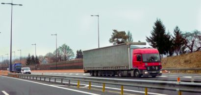 Des camions sur l'autoroute