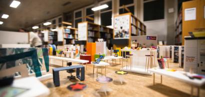 Une maquette de mobilier dans une bibliothèque