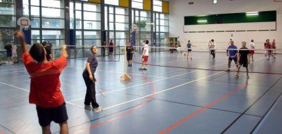 Tournoi de badminton dans un gymnase