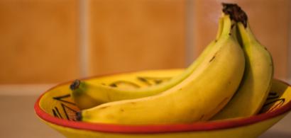Des bananes dans un récipient.