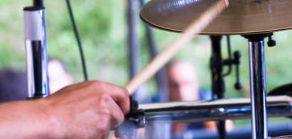 Un batteur pendant un concert