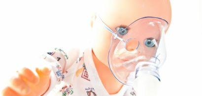 Un poupon avec un masque à oxygène