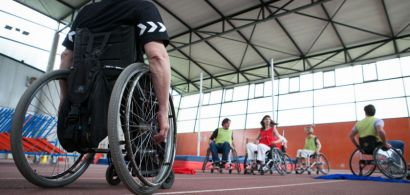Plusieurs personnes en fauteuil roulant en train de disputer un match.