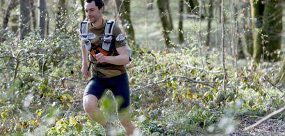 Bruno Girard en train de courir dans la forêt