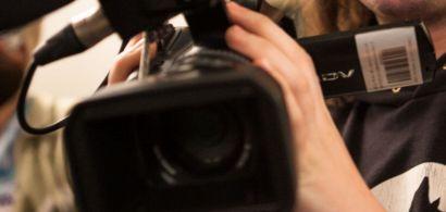 Un étudiant tenant une caméra